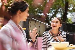 Två le lyckade affärskvinnor som har spännande konversation royaltyfria bilder
