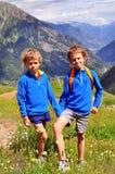 Två le pojkar i berg Royaltyfria Bilder