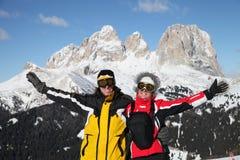Två le skidåkare i berg Arkivfoto