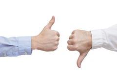 Två ledare eller affärsmän som ogillar över ett avtal eller en contrac Royaltyfria Bilder