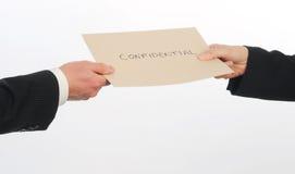Två ledare utbyter kuvertet som innehåller förtrolig information Royaltyfri Fotografi
