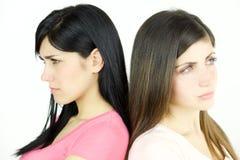 Två ledsna kvinnor som är ilskna på de talande inte isolerad closeup Arkivbild