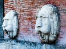 Två lejon-huvud springbrunnar Arkivfoto