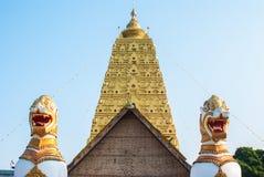 Två lejonvaktstatyer i den Wang Wiwekaram Thai templet, Sangklabur Arkivbilder