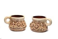 Två lerakoppar med den blom- prydnaden Royaltyfria Bilder