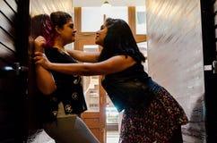Två lesbiska kvinnor som starkt slår sig, begreppet av förälskelse mellan folk av samma, könsbestämmer fotografering för bildbyråer