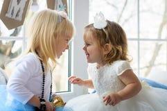 Två lilla älskvärda smarta flickor i miljön för ` s för det nya året är Royaltyfri Bild