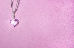 Två lilla exponeringsglashjärtor på mjuk rosa bakgrund Valentine& x27; s-dagsymbol dekorativt element royaltyfri fotografi