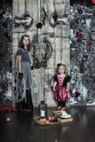 Två lilla halloween häxor fotografering för bildbyråer