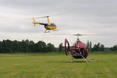 Två lilla helikoptrar tar av royaltyfri fotografi