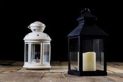 Två lilla lyktor på en trätabell Stearinljus i gammal latarence W Royaltyfri Foto
