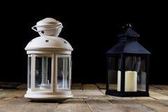 Två lilla lyktor på en trätabell Stearinljus i gammal latarence W Royaltyfri Fotografi