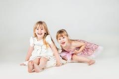 Två lilla modeflickor i härlig klänning Arkivbilder
