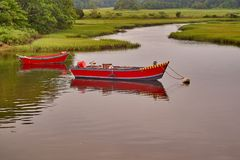 Två lilla röda fartyg på en flod royaltyfri bild