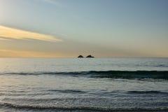 Två lilla silhouetted öar Fotografering för Bildbyråer