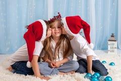 Två lilla tvilling- bröder som ger en kyss till deras syster, Kristus Fotografering för Bildbyråer