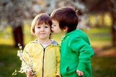 Två lilla ungar i parkera och att ha gyckel Arkivbild