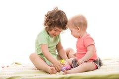 Två lilla ungar med påskägg Arkivbild