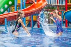 Två lilla ungar som spelar i simbassängen Royaltyfri Fotografi