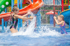 Två lilla ungar som spelar i simbassängen Fotografering för Bildbyråer