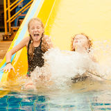 Två lilla ungar som spelar i simbassängen Arkivbild