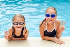 Två lilla ungar som spelar i simbassängen Royaltyfria Foton