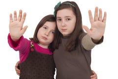 Två liten flicka som göra en gest stoppet Arkivfoto