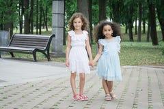 Två liten flickaflickvänner royaltyfria foton