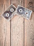 Två ljudkassetter på en trätabell Retro massmediateknologi från 80-tal älska musik kopiera avstånd Top beskådar Royaltyfria Foton