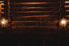 Två ljus på framdelen av huset på natten arkivbilder