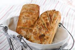 Två loaves av bröd i korg Fotografering för Bildbyråer