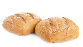 Två loaves av bröd på en vit bakgrund Arkivfoto