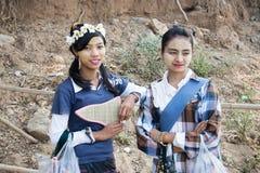 Två lokala flickor står och den välkomna turisten Arkivfoto