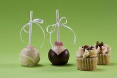 Två lollypops och två muffin Arkivbilder