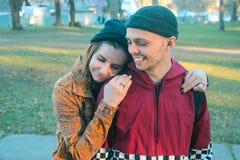 Två lycklig hemlös man och kvinna Arkivbild