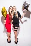 Två lyckliga attraktiva yougnkvinnor som har partiet arkivfoton