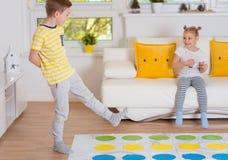 Två lyckliga barn som spelar spännande modigt hemmastatt arkivfoton