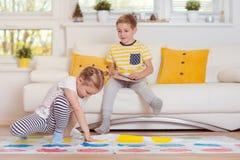 Två lyckliga barn som spelar spännande modigt hemmastatt arkivbild