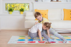 Två lyckliga barn som spelar spännande modigt hemmastatt fotografering för bildbyråer