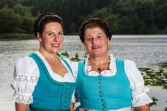 Två lyckliga bayerska damtoalett i dirndls arkivfoto