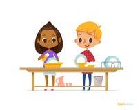 Två lyckliga blandras- ungar som tvättar disk som isoleras på vit bakgrund Barn som gör ren bordsservis Montessori kopplande in u vektor illustrationer