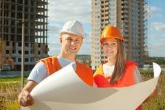 Två lyckliga byggmästare i hardhat fotografering för bildbyråer