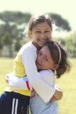 Två lyckliga flickor Arkivfoto