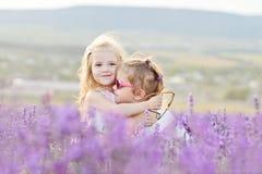 Två lyckliga flickor i fält Arkivbild