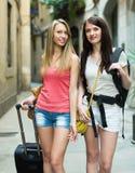 Två lyckliga flickor med bagage Arkivfoton
