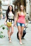 Två lyckliga flickor med bagage Fotografering för Bildbyråer