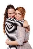 Två lyckliga flickvänner som kramar sig Royaltyfri Foto