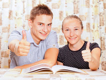 Två lyckliga folk som lärer i klassrumet Royaltyfria Bilder
