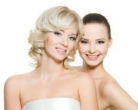 Två lyckliga härliga flickor Royaltyfri Fotografi