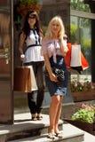 Två lyckliga kvinnor med shoppingpåsar arkivbilder